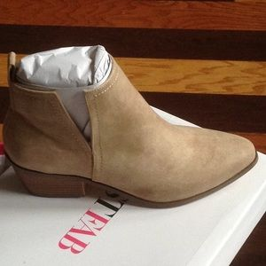 Just Fab Shea short boot slip on sand color Sz 7.5